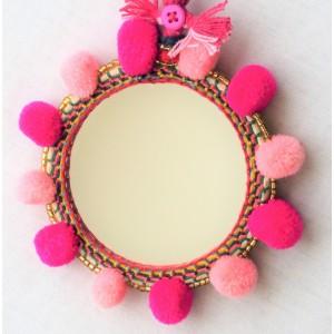 Miroir avec pompons roses